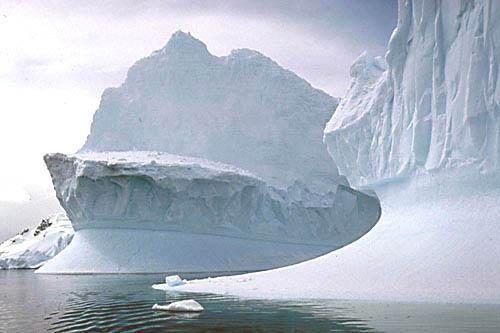 Os grandes glaciares da Antarctica, tidos como eternos, começam, devido ao sobreaquecimento da crosta terrestre a desaparecer... Um dia o mais importante dos recursos naturais acabará por se extinguir.